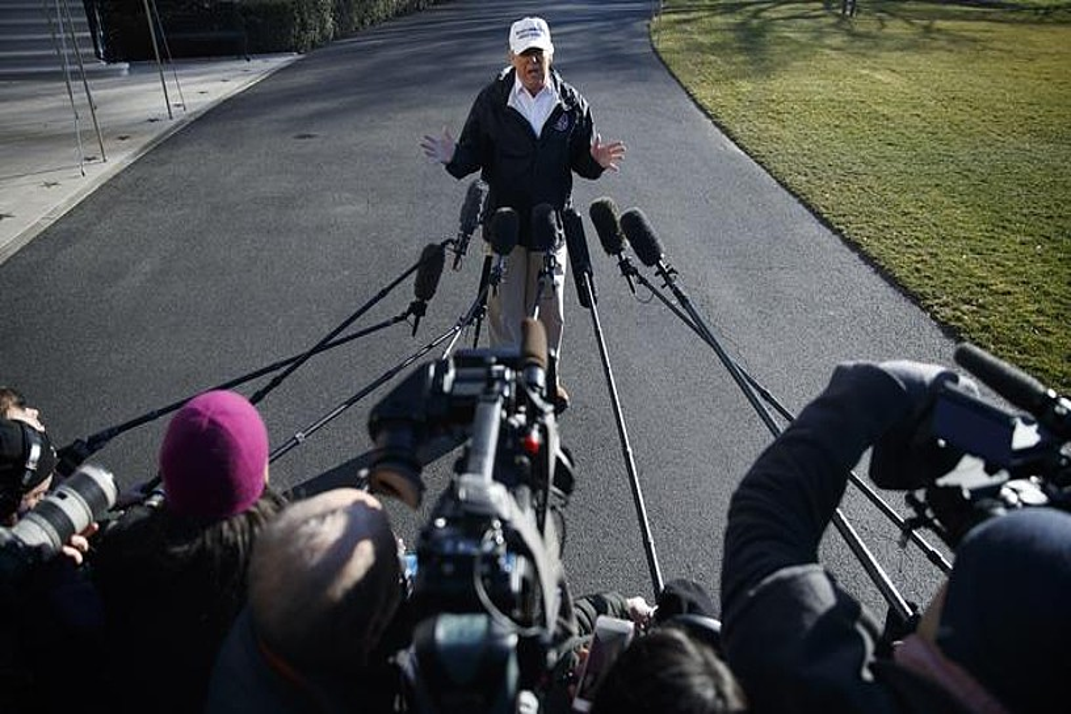Donald Trump kazetariekin hitz egiten atzo Washingtonen, Mexikoko mugara abiatu aurretik.