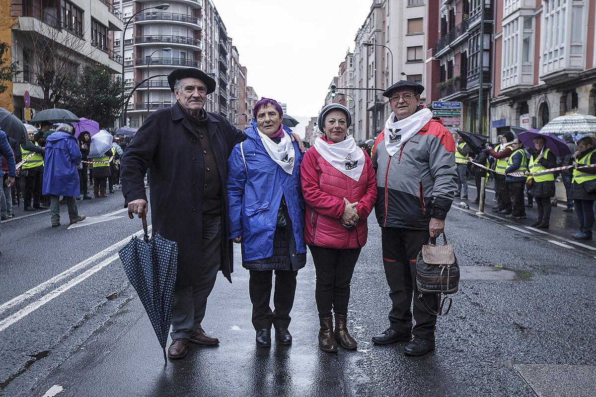 Rafa Solana, Izarra Larraona, Glori Lasarte eta Benjamin Badiola, atzo, Bilbon, manifestazioa hasi aurretik. / ARITZ LOIOLA / FOKU