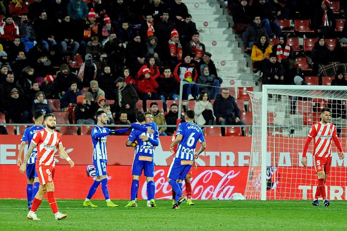 Alaveseko jokalariak, Borja Baston zoriontzen, aurrelariak banakoa sartu ondoren, atzo, Gironan.
