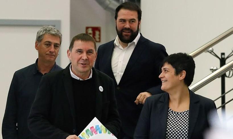 Otegi, EH Bilduko diputatu eta senatariekin, atzo, Donostian. ©JUAN HERRERO / EFE