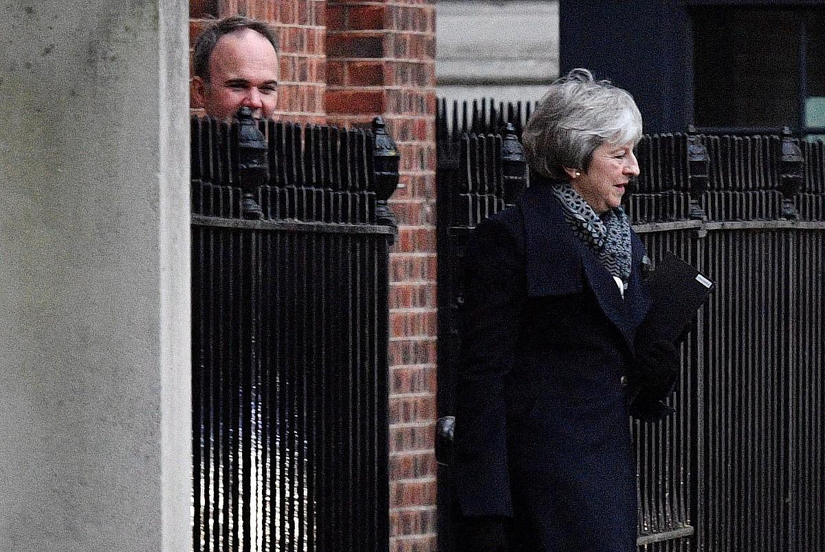 Theresa May Erresuma Batuko lehen ministroa, atzo, Downing Streeteko 10. zenbakitik ateratzen, Londresen. ©NEIL HALL / EFE