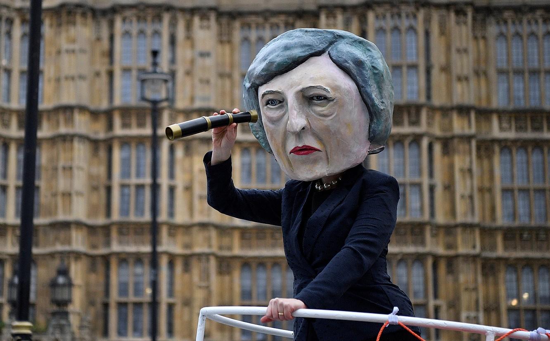 May Erresuma Batuko lehen ministroaz mozorrotu zen atzo manifestari bat, eta <em>Titanic</em> filmeko eszena bat antzeztu zuen, egoera politikoa islatzeko. &copy;NEIL HALL / EFE