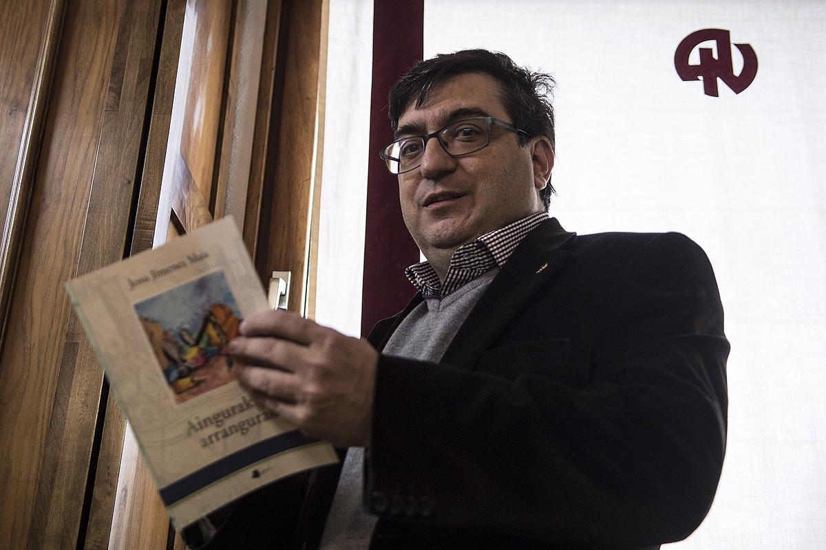 Josu Jimenez Maiak <em>Aingurak eta arrangurak</em> liburua argitaratu du, Pamiela etxearekin. &copy;JAGOBA MANTEROLA / FOKU