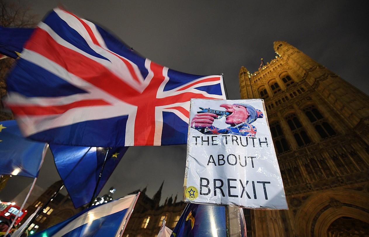 <em>Brexit</em>-aren aldekoak eta kontrakoak Erresuma Batuko Parlamentuaren aurrean izan dira egunotan, eta gizartearen eta politikaren zatiketa islatu dute. &copy;ANDY RAIN / EFE