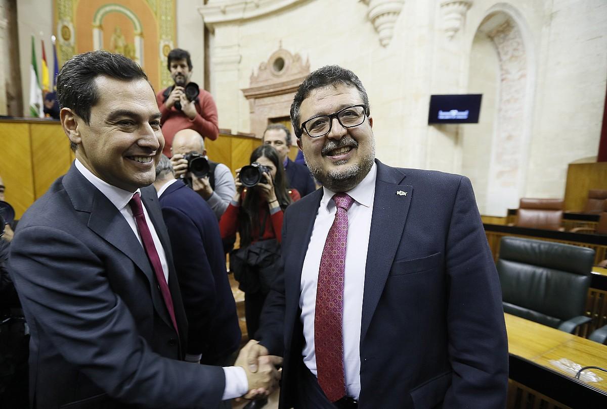 Juanma Moreno Andaluziako presidente berria —ezkerrean—, eta Francisco Serrano Andaluziako Voxen liderra, atzo, elkarri bostekoa ematen. ©JOSE MANUEL VIDAL / EFE