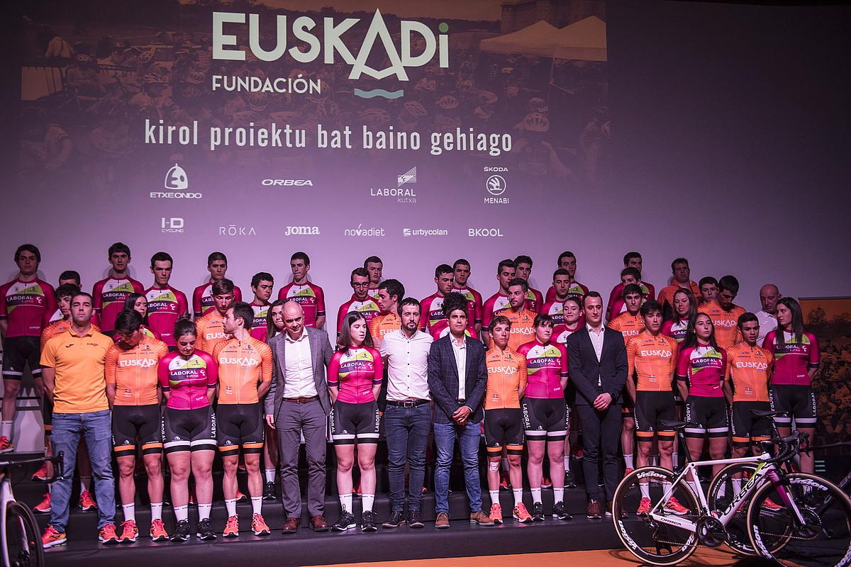 Euskadi Fundazioko taldeetako txirrindulari eta teknikariak, fundazioko buruekin batera, atzo Orona fundazioan eginiko aurkezpenean. ©JAGOBA MANTEROLA / FOKU