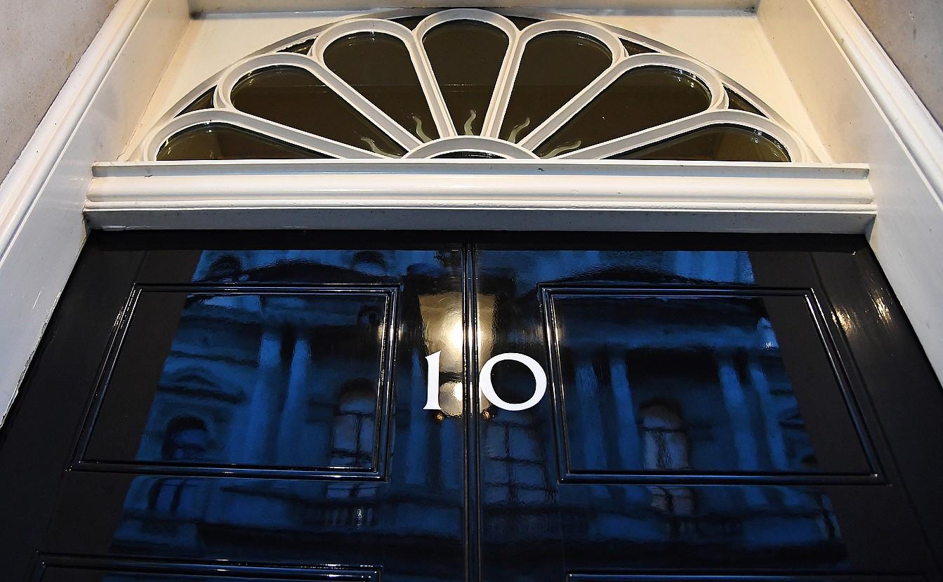 Komunen Ganberako diputatuen sartu-irtenak etengabeak izan ziren atzo Downing Streeteko 10. zenbakian. Theresa Mayrekin solastatu ziren. ©ANDY RAIN / EFE