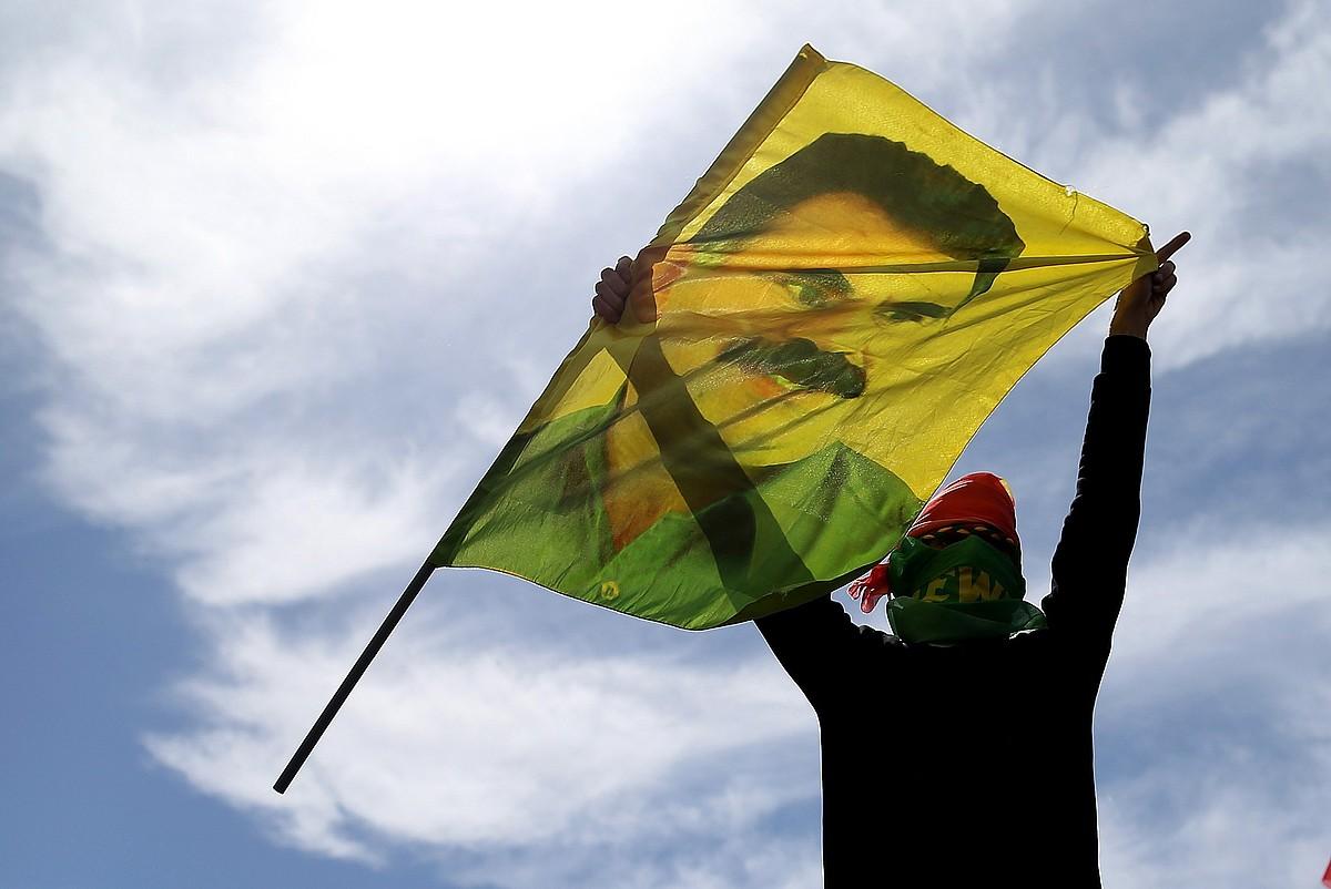 Kurdu bat Abdullah Ocalan PKK-ko buruzagiaren irudiarekin, Newroz egunean, Istanbulen (Turkia). ©ERDEM SAHIN / EFE