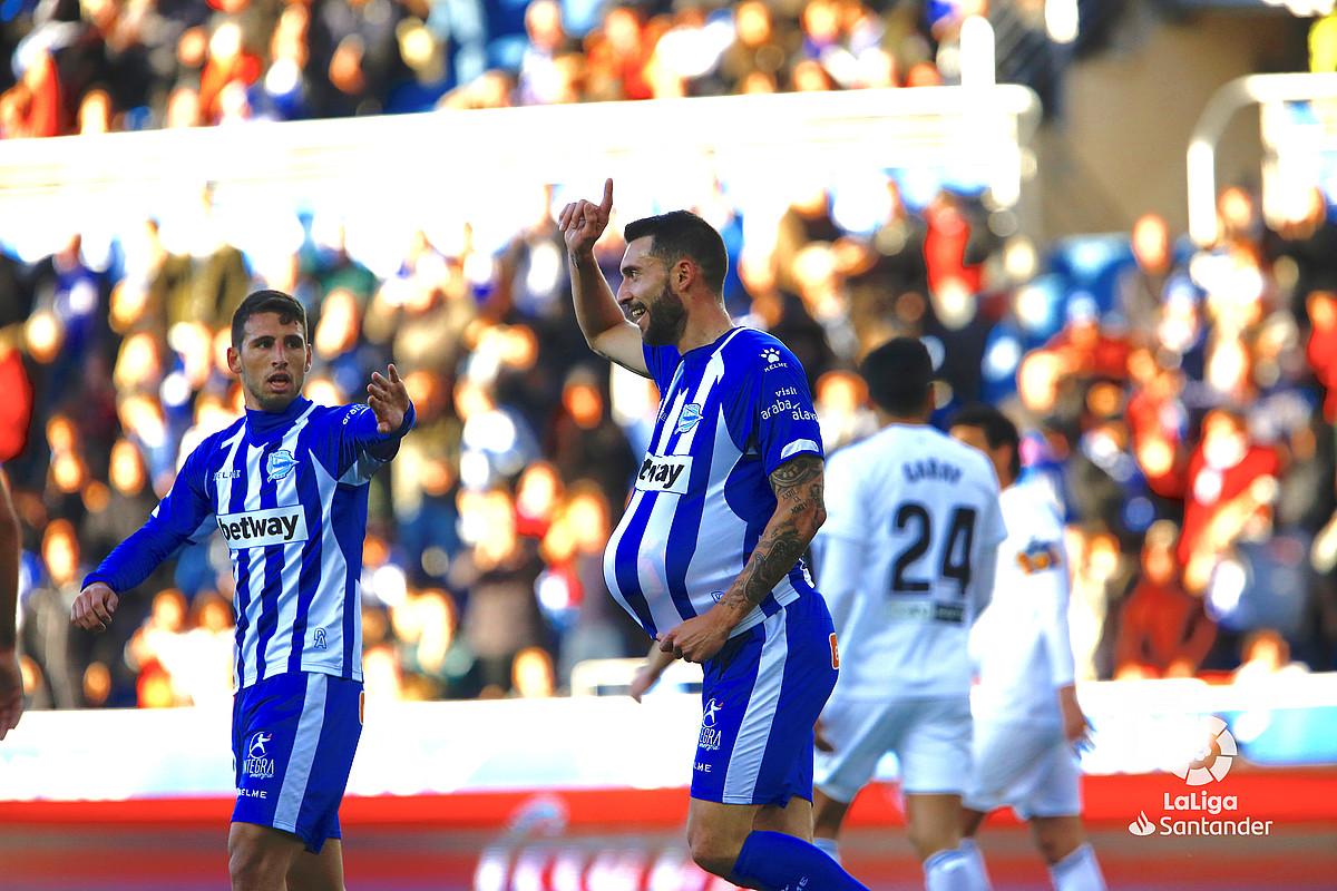 Borja Baston, Valentziari sartutako gola ospatzen. Jonathan Calleri ere ageri da argazkian.