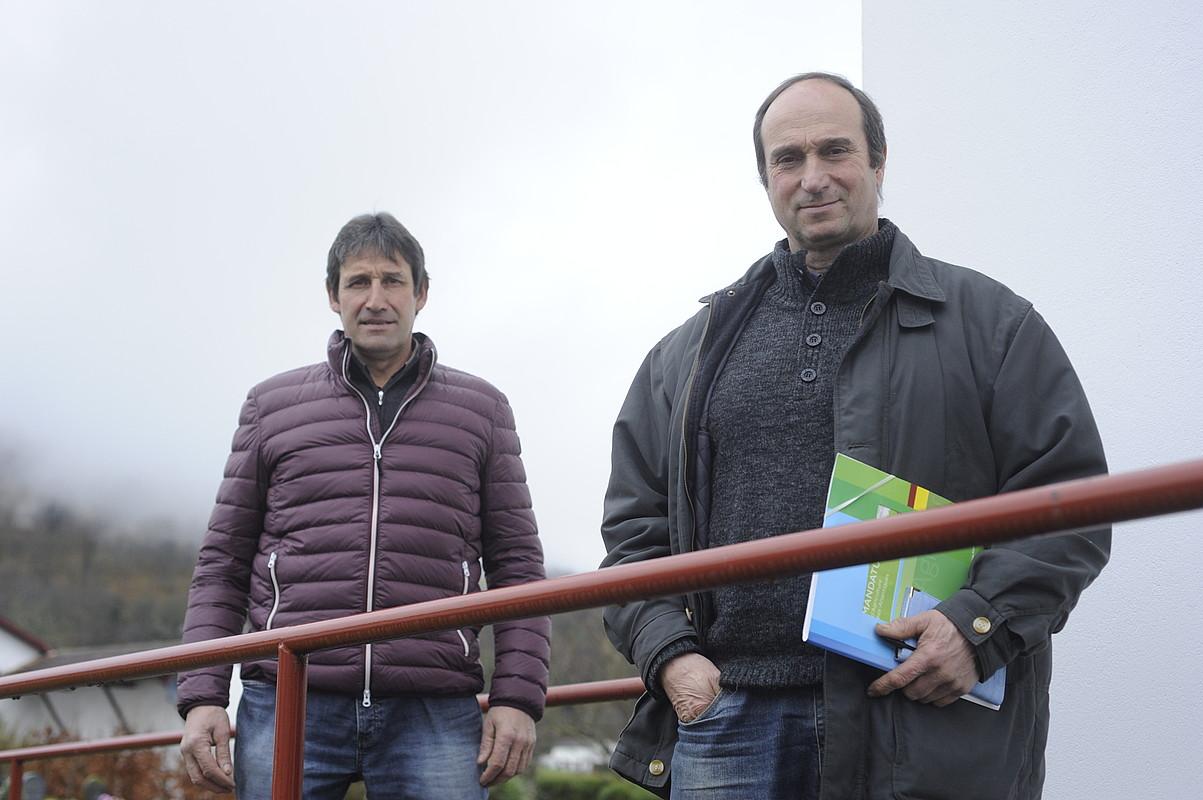 Beñat Molimos (ELB) eta Patrick Etxegarai (FDSEA), Larzabaleko herriko etxean.