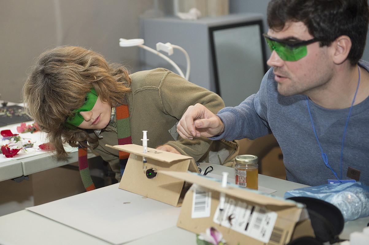 Tailerretako batean mikroskopioak egin dituzte, kartoia, xiringa bat eta laserra erabilita. ©MONIKA DEL VALLE / FOKU