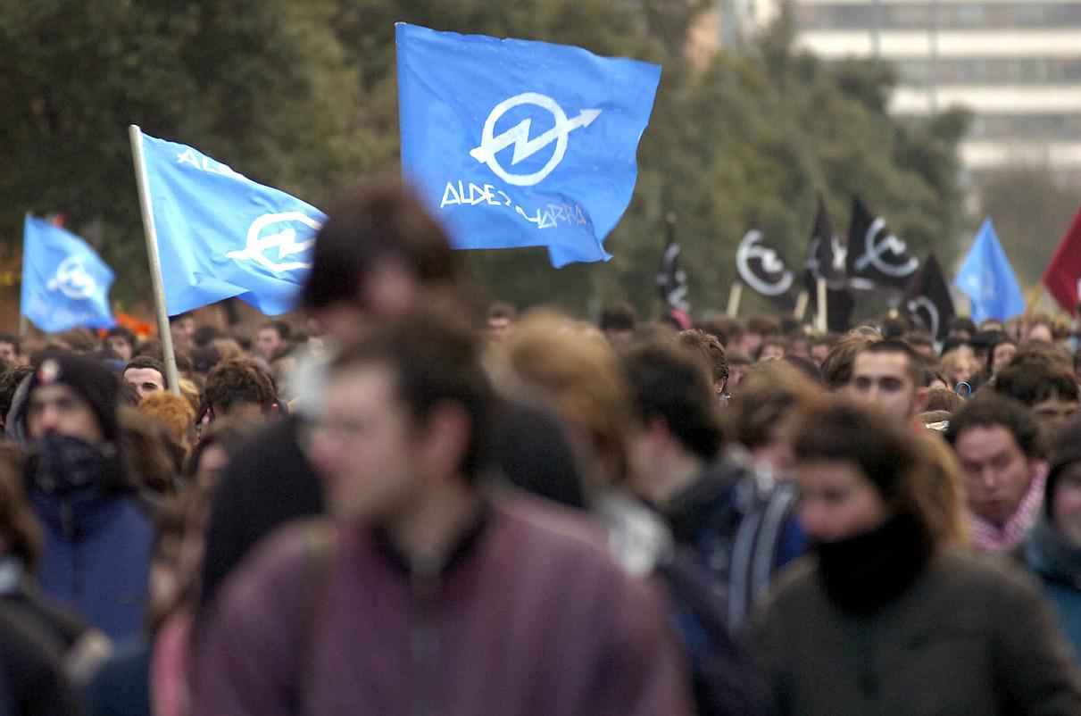 <b>Iruñea.</b> Euskal Jai gaztetxearen epaiketan auzipetutakoen aldeko protesta, 2006an. &copy;LANDER FERNANDEZ DE ARROIABE /FOKU