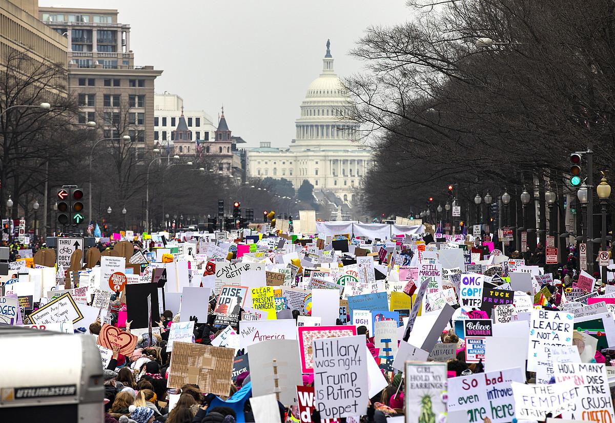 Emakumeen Martxaren manifestazio nagusia Washingtonen izan zen. Irudian milaka lagun agertzen dira, Etxe Zurira bidean zihoazela. ©JIM LO SCALZO / EFE