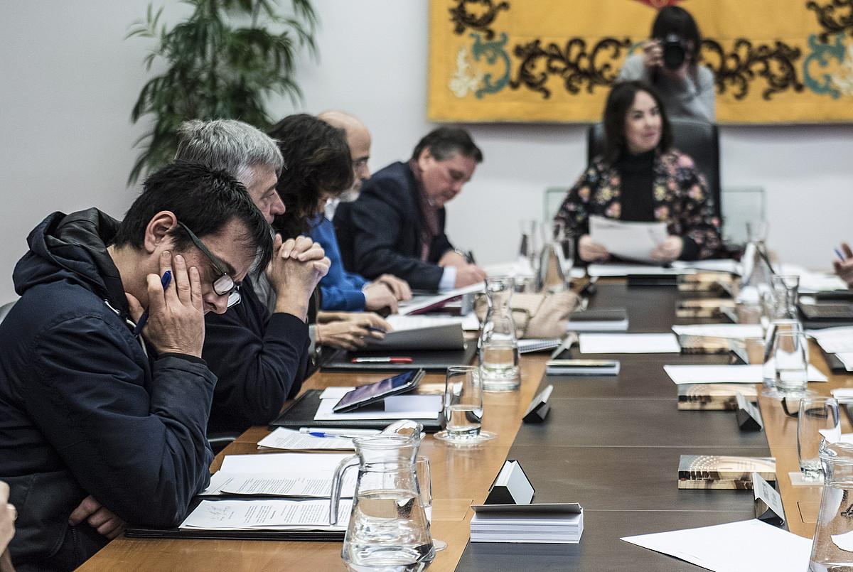Mahaiaren eta Eledunen Batzordearen bilera, atzo. Orain Baiko Carlos Couso eta, eskuinean, Ainhoa Aznarez parlamentuko presidentea.