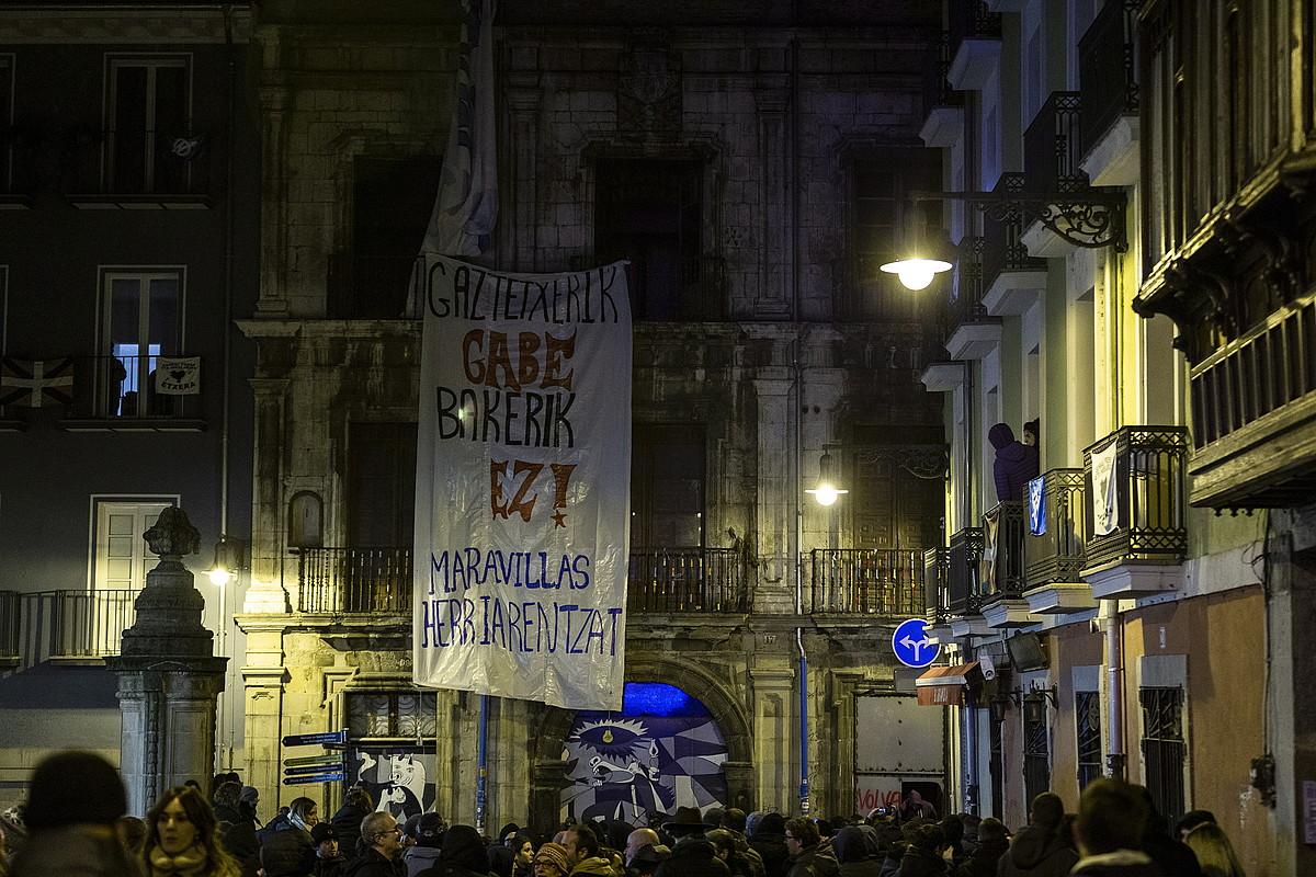 Larunbatean, manifestazioaren ondoren, eraikin barrura sartu ziren. ©ENDIKA PORTILLO / FOKU