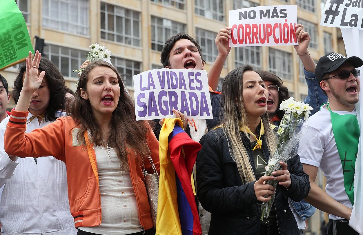 Herritar talde bat Bogotan, herenegun, erasoa gaitzesteko egindako mobilizazioan. ©MAURICIO DUEÑAS CASTAÑEDA / EFE