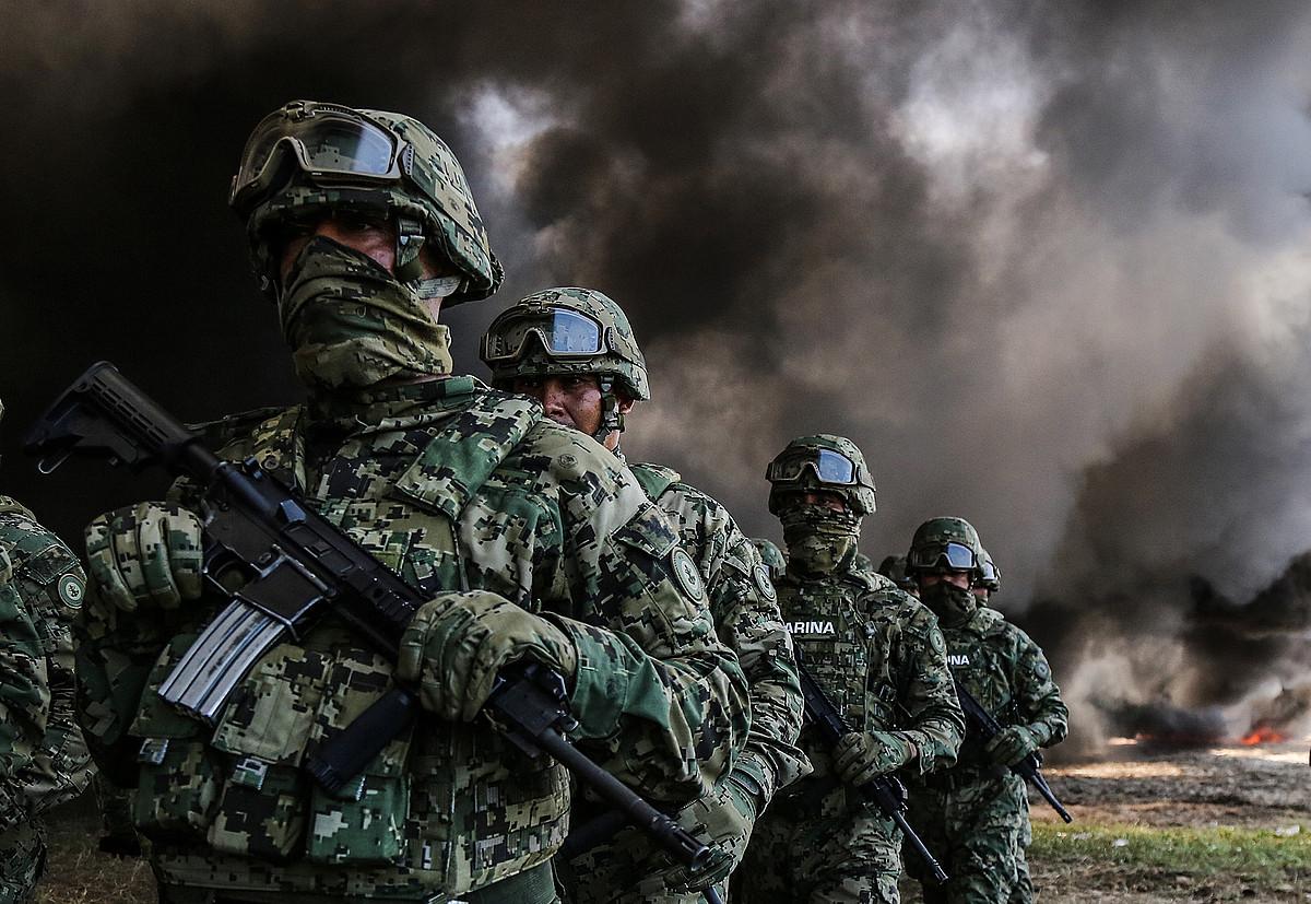 Itsas armadako kideak, narkotrafikatzaileei atzemandako droga erretzen, iazko irailean, Acapulcon. ©DAVID GUZMAN / EFE