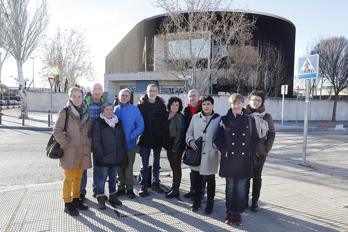 Auzipetutako gazteen gurasoak, atzo, Espainiako Auzitegi Nazionalaren atarian. ©J. DANAE / FOKU