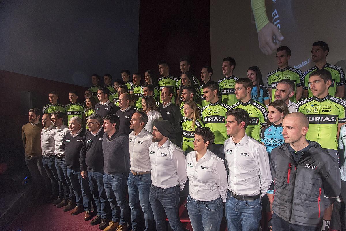 Euskadi Murias taldeetako txirrindulari eta teknikariak, atzo Errenterian eginiko taldearen aurkezpen ofizialean.