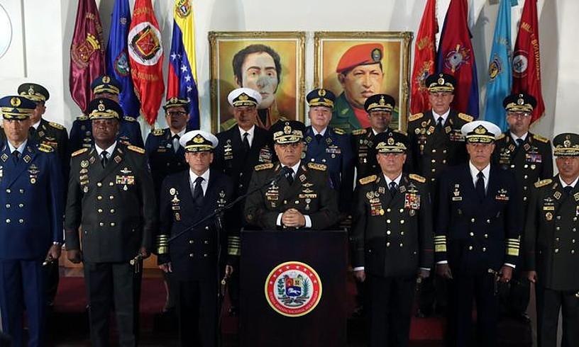 Vladimir Padrino Lopez Defentsa ministroa, militarrez inguratuta, atzo Nicolas Maduro presidentea babesteko agerraldia egin zuenean. ©MIGUEL GUTIERREZ / EFE