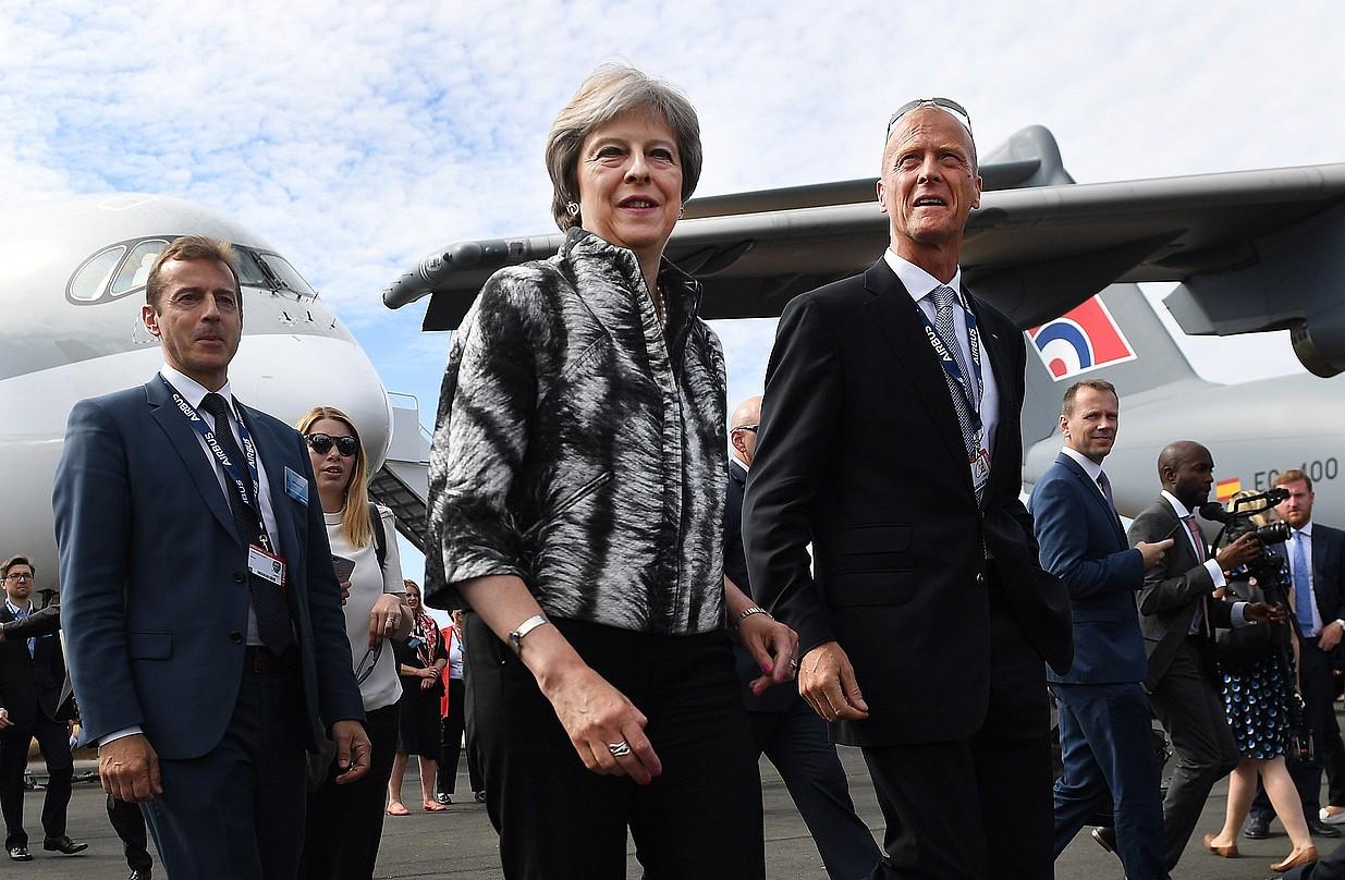 Theresa May eta Tom Enders (eskuinean) Farnboroughko aeronautika azokan, iazko uztailean. ©ANDY RAIN / EFE