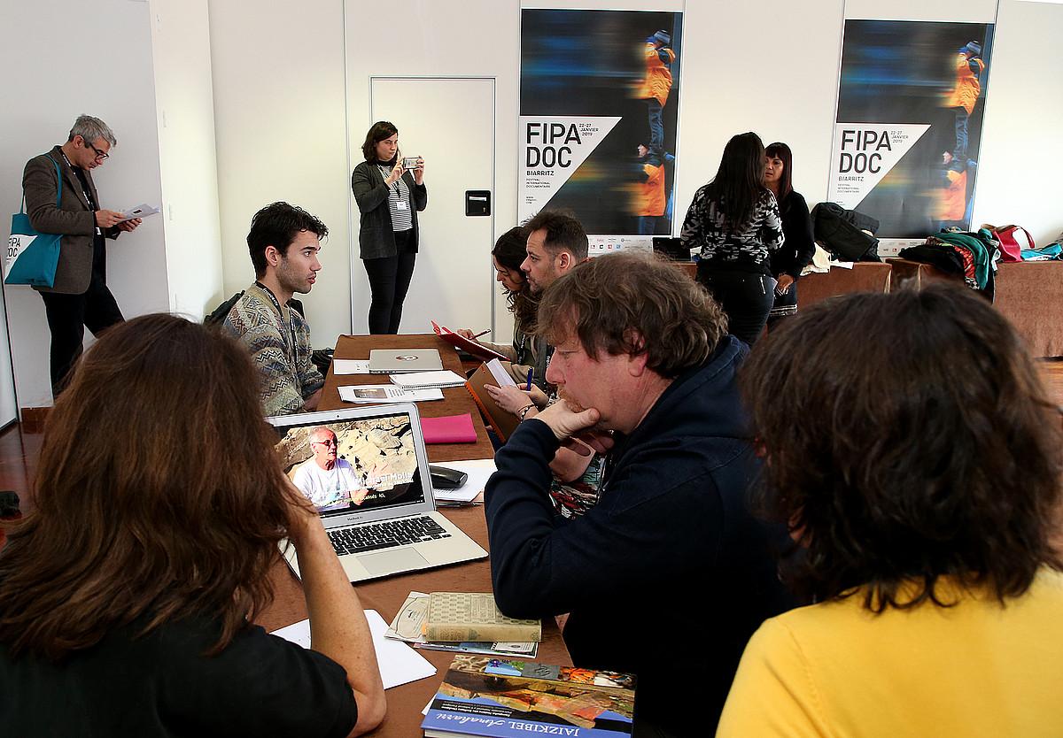 Creativa-Mediakoek atzo antolatu Hego Euskal Herriko eta Frantziako Estatuko produktoreen arteko topaketa. ©BOB EDME