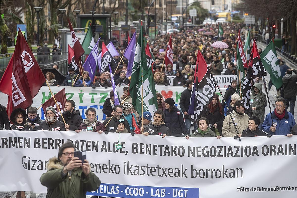 Kristau Eskola eta IZEAko langileen manifestazioa, atzo, Donostian. ©J. URBE / FOKU