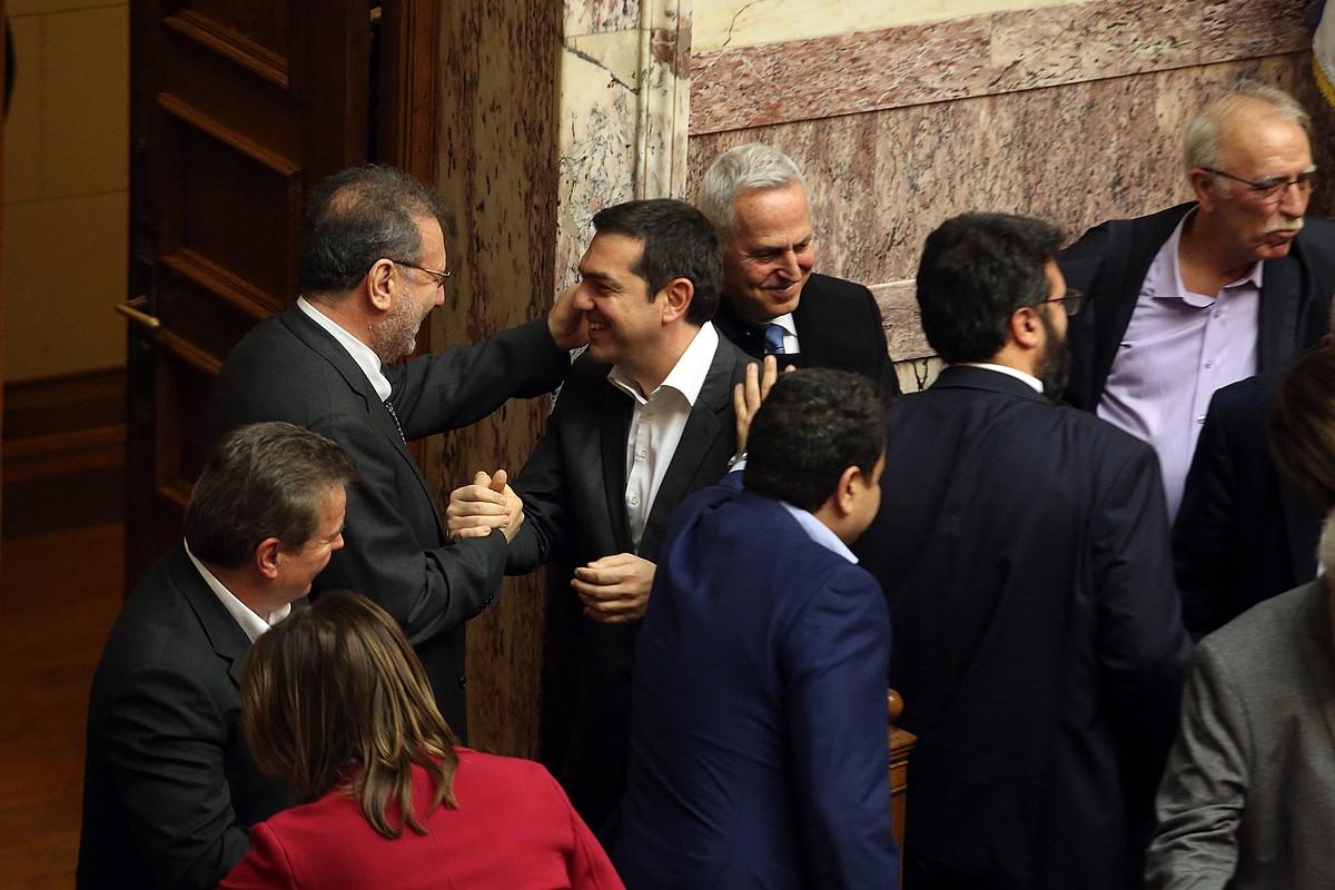 Tsipras, atzo, parlamentuak akordioa berretsi ondoren. ©ALEXANDROS BELTES / EFE