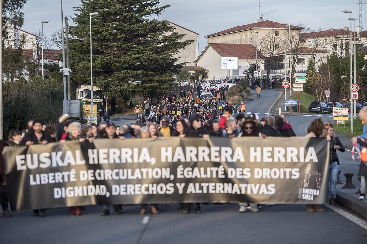 Hendaia atzean utzi, eta Irunerako bidean, atzo migratzaileen eskubideen aldeko manifestazioa.