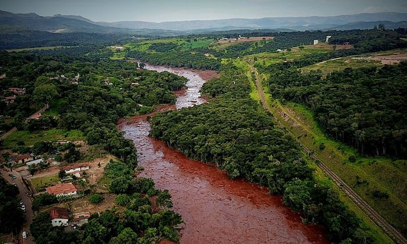 Brumadinhoko presaren dikearen apurketak eragindako isuria. Burdin mineralaren hondakinak biltzen zituen presak. ©YURI EDMUNDO / EFE