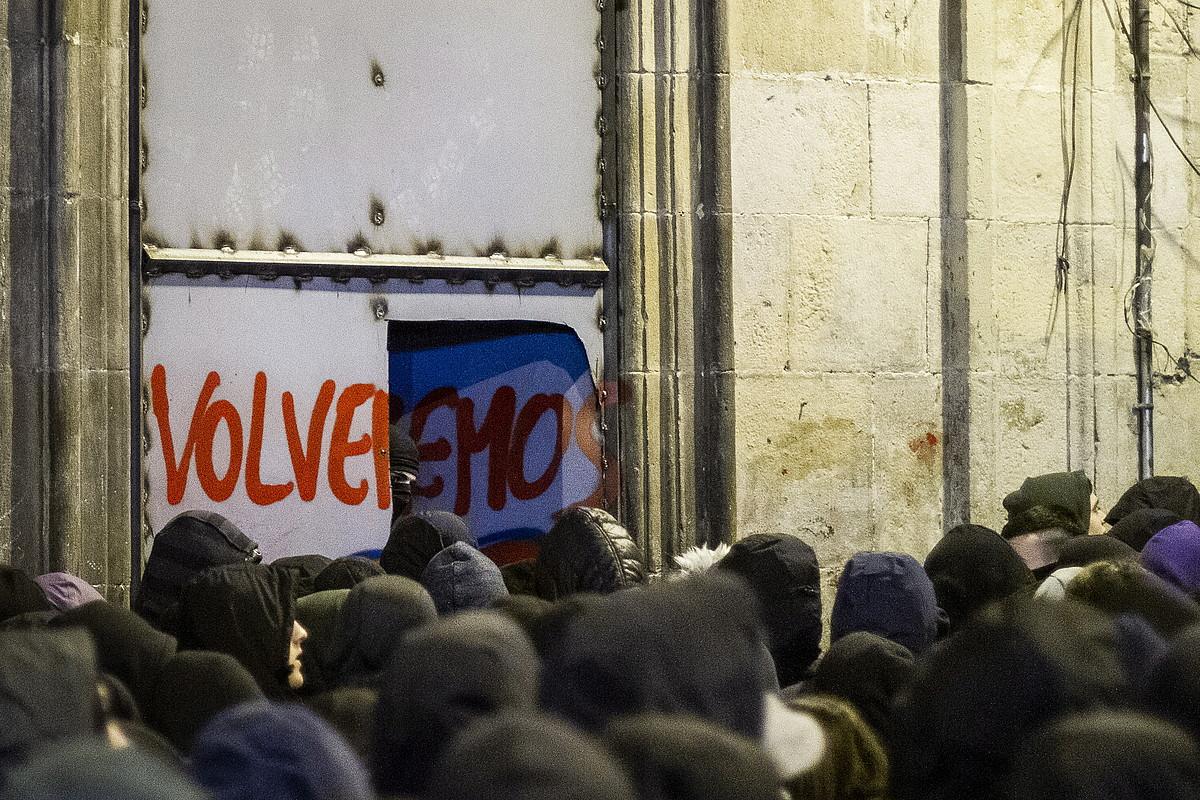Atzo zortzi, Maravillas gaztetxearen aldeko manifestazioaren ostean, bertako ateak ireki zituzten. Biharamunean, Poliziak zigilatu egin zituen atzera. ©E. PORTILLO / FOKU