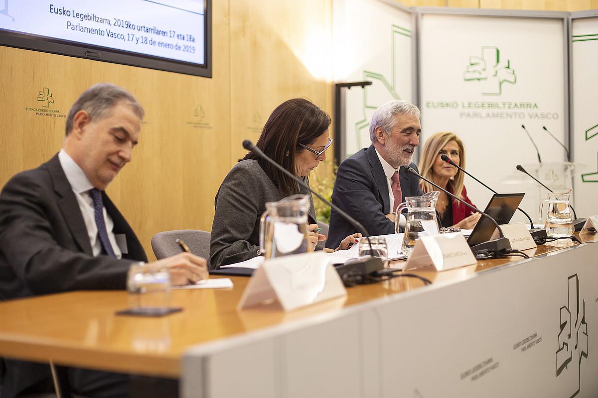 Pablo Lucas Murillo de la Cueva, Rosario Garcia, Martin Maria Razquin eta Montserrat Auzmendi, mintegian. ©ENDIKA PORTILLO / FOKU