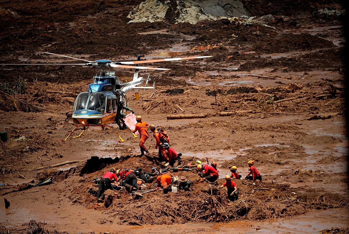 Suhiltzaile batzuk, biktimen gorpuak ateratzen, atzo, Brumadinhon. ©ANTONIO LACERDA / EFE