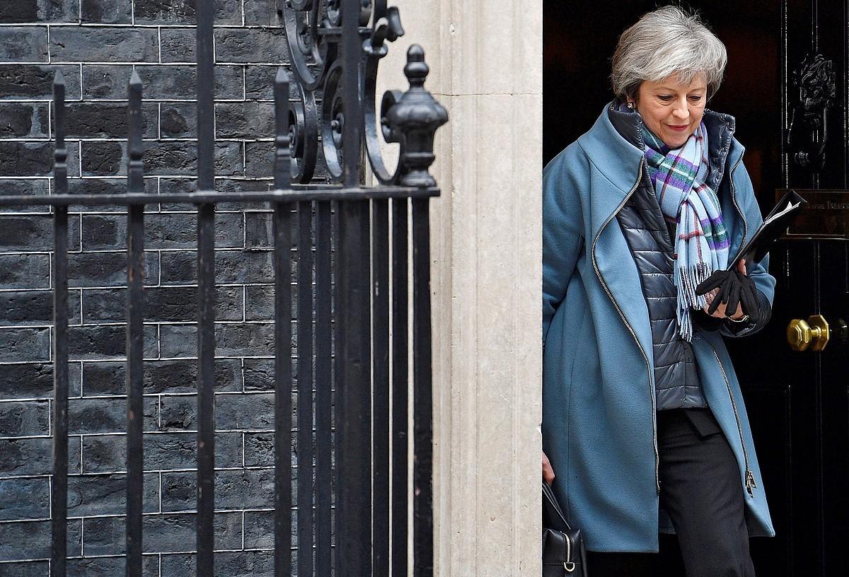 Theresa May Erresuma Batuko lehen ministroa, Downing Streeteko 10.etik ateratzen, artxiboko irudi batean.