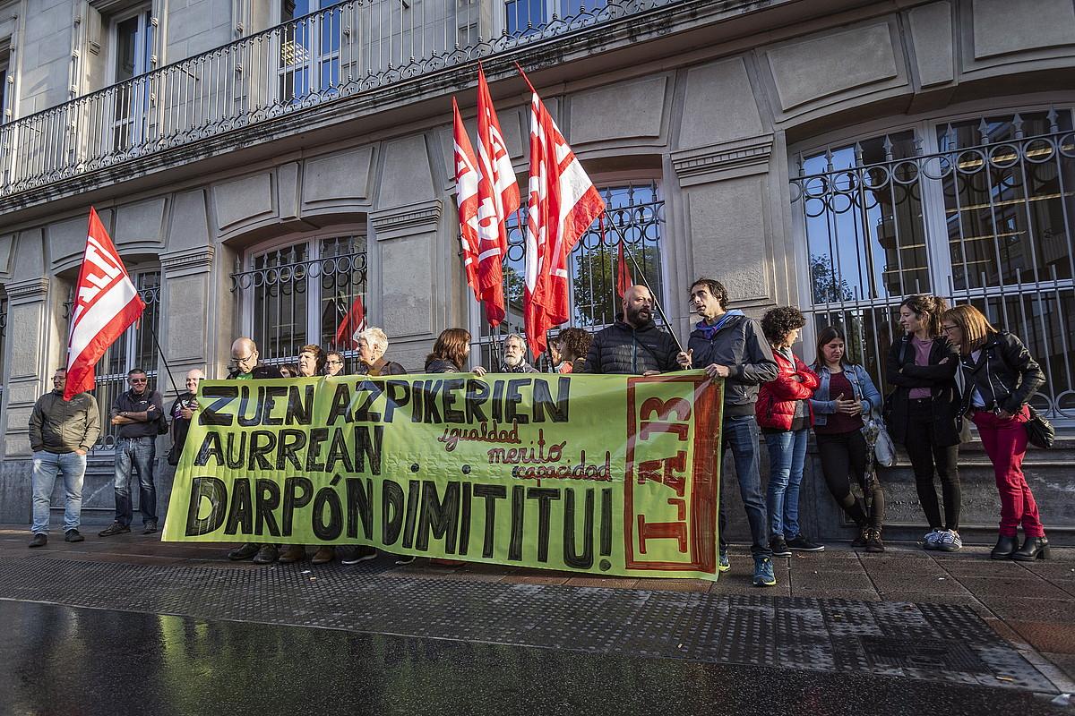 LAB sindikatuaren elkarretaratzea, legebiltzarraren ateetan, oposizioetako ustezko iruzurra salatzeko. ©E. PORTILLO / FOKU