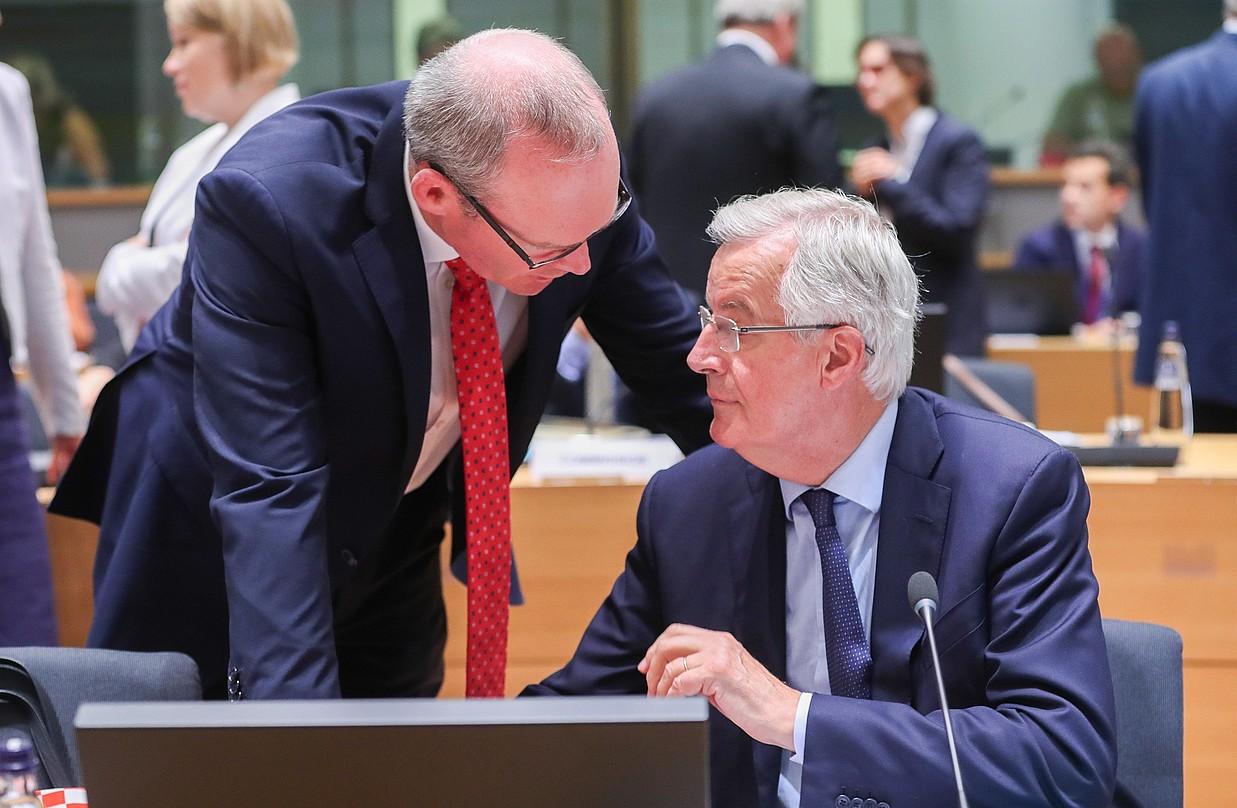 Coveney Irlandako presidenteordea, eta Barnier EBren negoziatzaile burua, artxiboko irudi batean. ©STEPHANIE LECOCQ / EFE