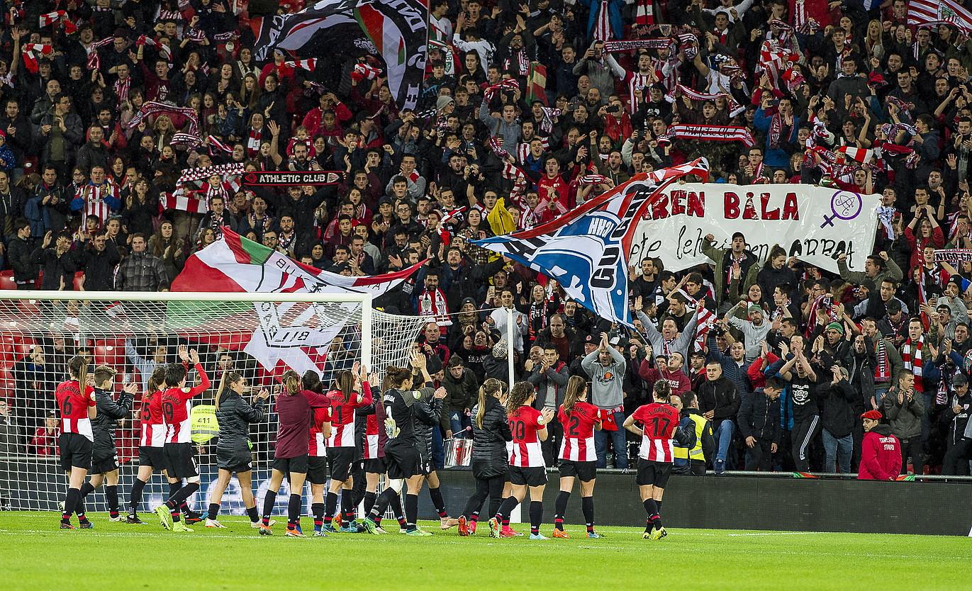Athleticeko jokalariak zaleei atzo partidan jasotako babesa eskertzen. ©LUIS JAUREGIALTZO / FOKU