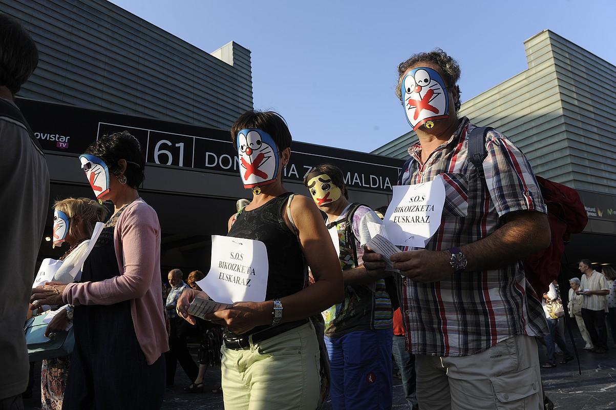 Bikoizleek Donostiako Zinemaldian egindako protesta, 2013ko irailean, <em>SOS bikoizketa euskaraz</em> lelopean.