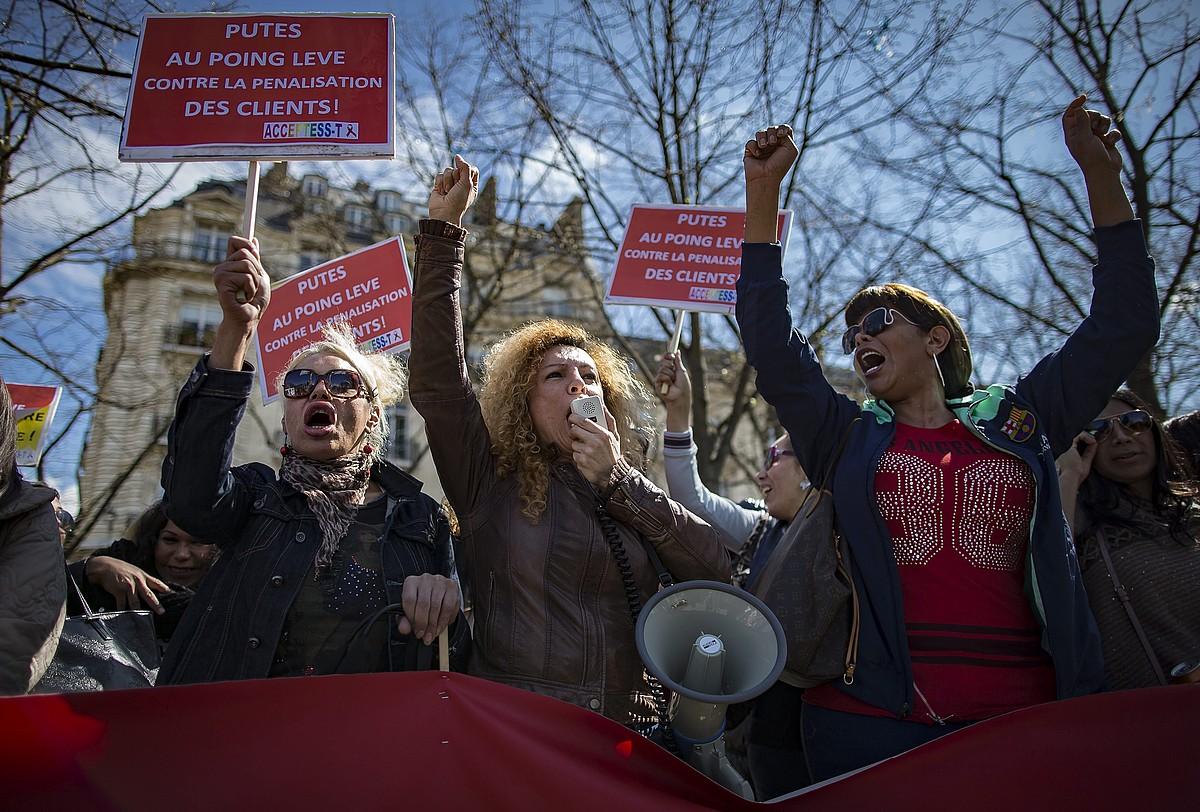 Prostituten protesta, Parisen, bezeroak zigortzearen aurka, 2016ko apirilean, legea onartu zenean. ©IAN LANGSDON / EFE