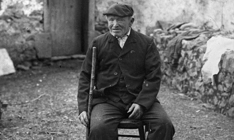 Pedro Jose Elizegi <em>Pello Errota</em>, Asteasuko (Gipuzkoa) Goiko-errotako atarian, 1916an.