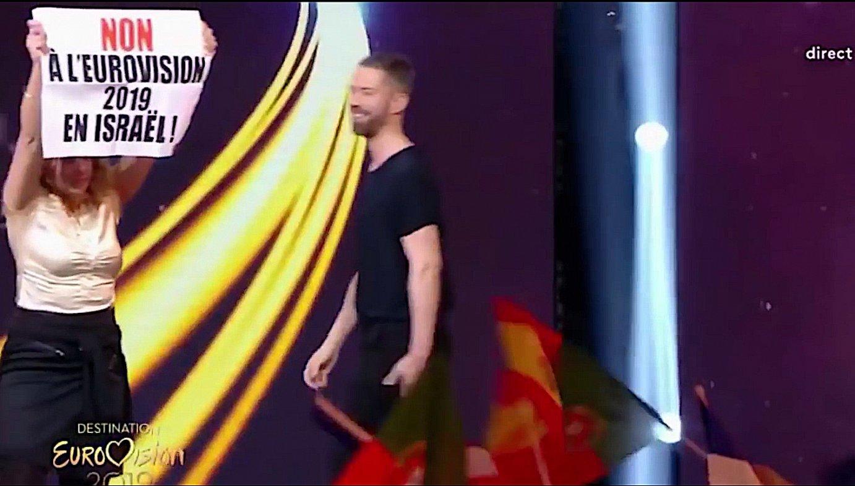 Protestari bat, Frantziak <i>Eurovision</i>-era bidaliko duen ordezkaritza aurkezteko jaialdian, urtarrilaren 19an. &copy;BERRIA