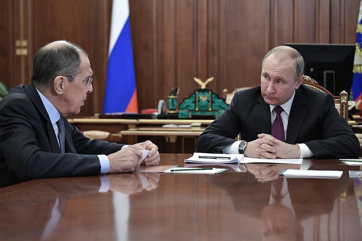 Putin, argazkiaren eskuinaldean, Lavrov Atzerri ministroarekin hitz egiten, atzo, Moskun. ©ALEXEY NIKOLSKY / EFE