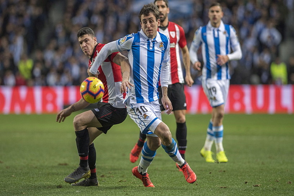 Athleticeko Ander Capa eta Realeko Mikel Oiartzabal, nor baino nor gehiago, atzo jokatutako derbian. ©JUAN CARLOS RUIZ / FOKU
