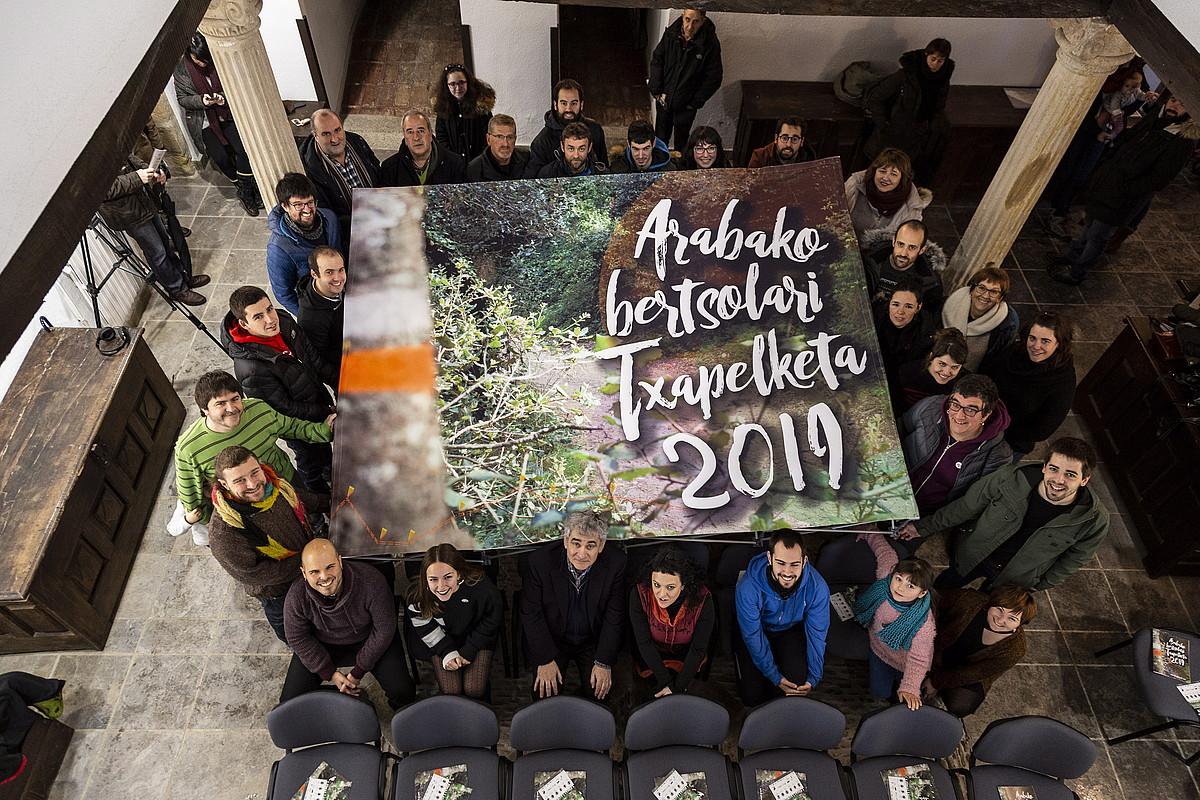 Arabako Bertsolari Txapelketan parte hartuko duten kideak, atzo, Lazarraga jauregian, Zalduondon.