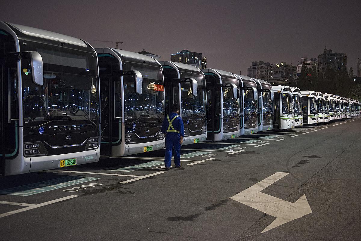Autobus elektrikoak Shanghaiko autobustegian. Ia hamar mila dira hiri horretan. ©ZIGOR ALDAMA