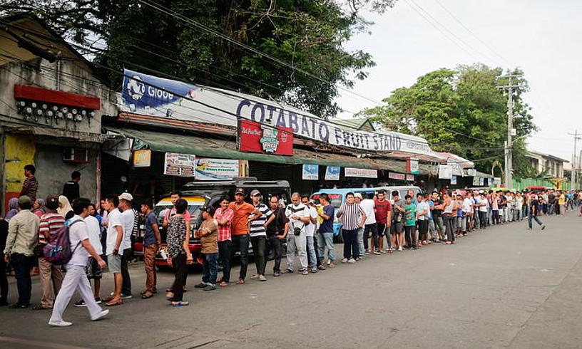 Herritarrak botoa emateko esperoan, joan den urtarrilaren 21ean, Cotabato City hirian.