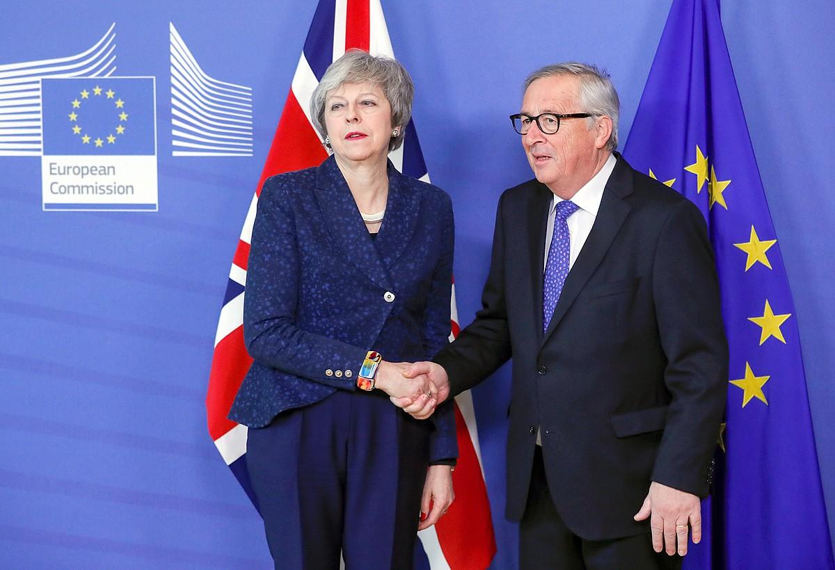 Theresa May Erresuma Batuko lehen ministroa eta Jean-Claude Juncker Europako Batzordeko presidentea, atzo, Bruselan. ©OLIVIER HOSLET / EFE