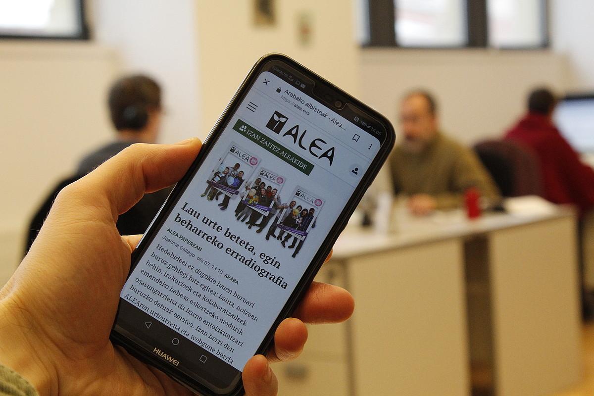 <em>Alea</em>-ren Interneteko trafikoaren %65 sakelako telefonoetatik iristen da. &copy;ARABAKO ALEA