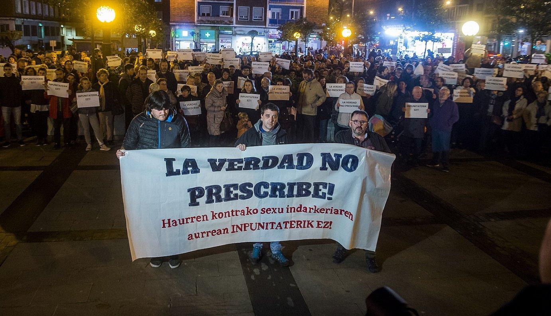 Protesta, atzo, Deustuko Done Petri plazan. ©LUIS JAUREGIALTZO / FOKU