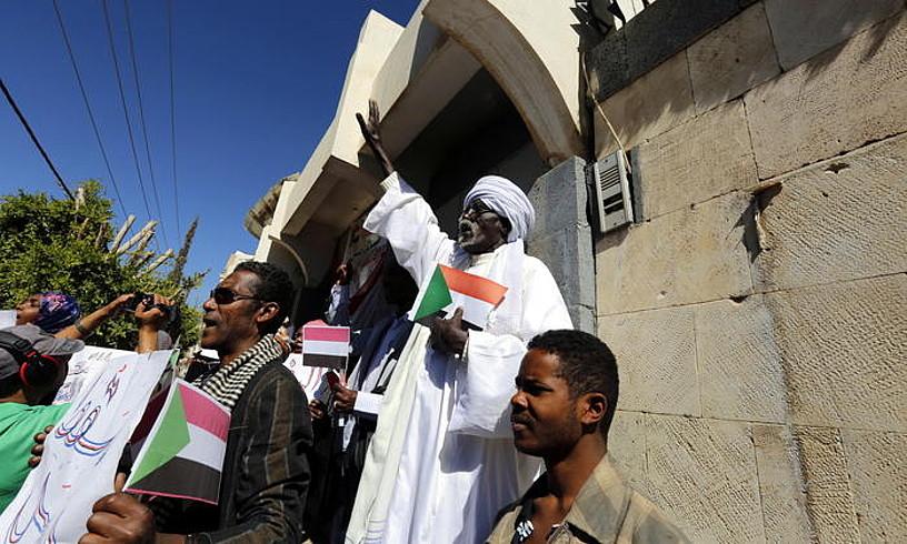 Yemenen bizi diren Sudango etorkinak Al-Baxirren aurka protestan, Sanan.